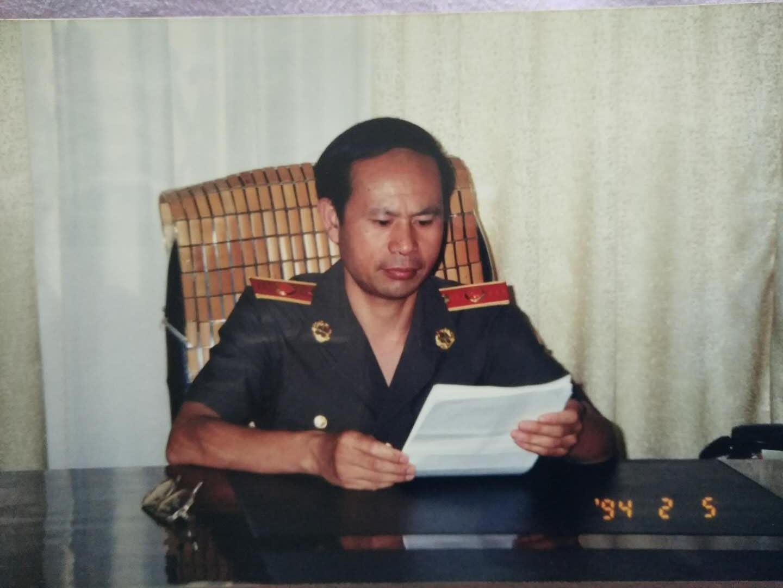 吴春法同志办公照1.jpg